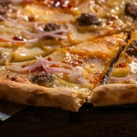 Пица с телешка наденица