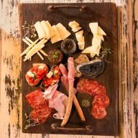 Селекция от италиански сирена и колбаси